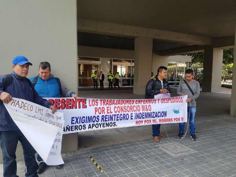 Trabajadores del municipio de Acacias (Meta) protestan desde esta mañana encadenados frente a las oficinas de ECOPETROL S.A en Bogotá.