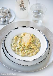 Sopa de Navidad con Tortellino alla carne y crujiente de parmesano