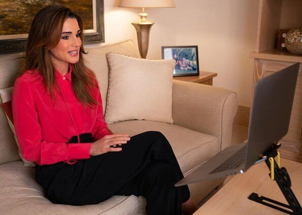 Queen Rania wore a red crepe-de-chine tie-detail shirt from Jason Wu. Crepe de chine is a kind of lightweight cloth similar to silk crepe, made
