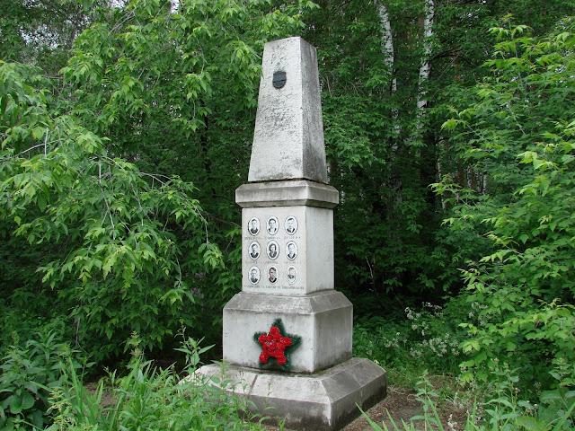 Dyatlov Geçidi Anıt Mezarı - Rusya'nın Yekaterinburg kentindeki Mikhailovskoe Mezarlığı'nda