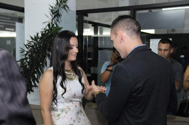 colocando a aliança no dedo da noiva