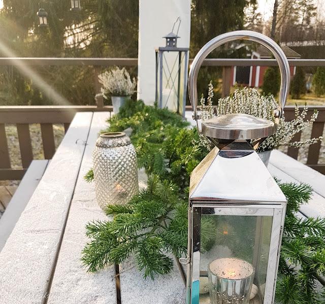 talvi terassi lumi asetelma kynttilä lyhty havu lumipeite