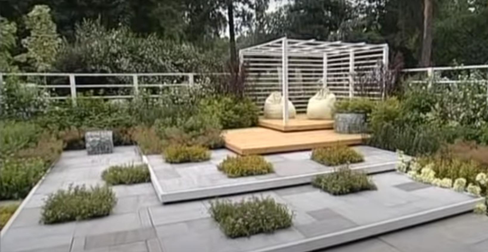 Площадка для отдыха в саду