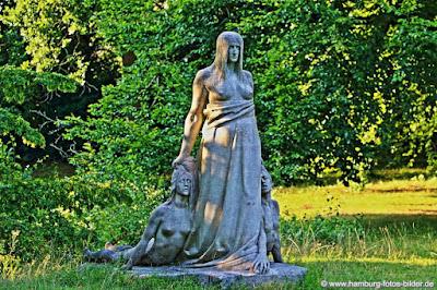 Skulptur mit Frauen auf dem Ohlsdorfer Friedhof