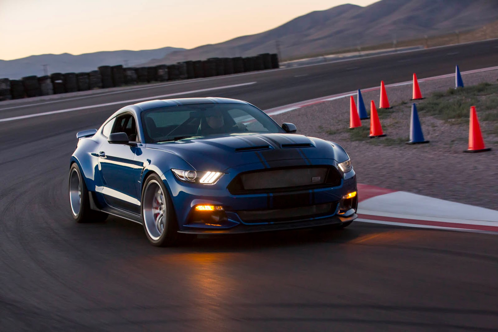 shelby lets loose with widebody 2017 super snake concept carscoops. Black Bedroom Furniture Sets. Home Design Ideas