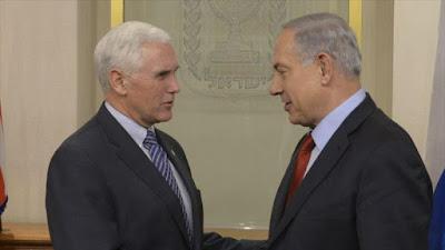 El gobernador de Indiana (centro este de EE.UU.), Michael Pence (izda.), junto con el premier del régimen israelí, Benyamin Netanyahu, en la ciudad ocupada de Al-Quds (Jerusalén), 29 de diciembre de 2014.