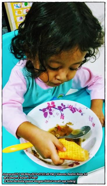Gambar Aina dan menu buka puasanya iaitu biskut cram crackers cecah sup tulang.