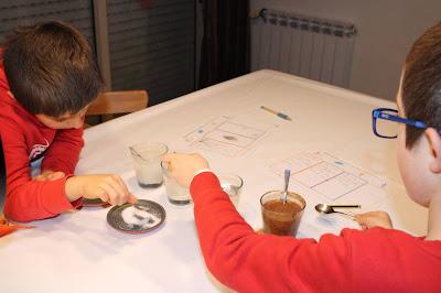 duas crianças a fazer a experiência do dissolve ou não dissolve