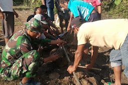 Satgas Yonif 744 Gotong Royong Perbaiki Bak dan Pipa Saluran Air di Asumanu