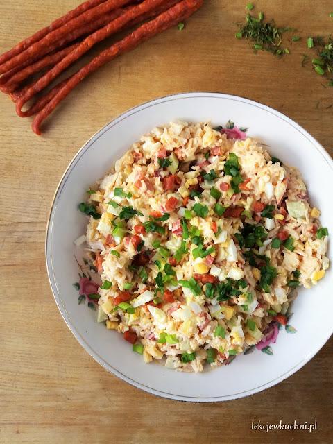 Sałatka świąteczna ryżowa z kabanosem, serem żółtym i porem przepis