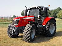 Bir tarladaki büyük tekerlekli, kabinli, güçlü ve modern bir traktör
