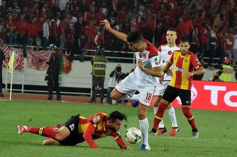 وكانت المباراة قد توقفت في الدقيقة (61)، لمطالبة لاعبي الوداد بالعودة إلى تقنية الفيديو، من أجل استكشاف مدى صحة هدف سجله نجم الفريق المغربي، وليد الكرتي، و ألغاه الحكم بداعي التسلل.