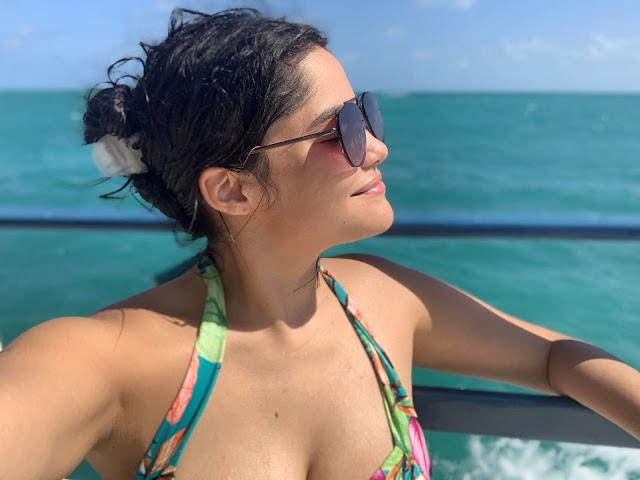 mulher jovem de perfil em aguas do mar esverdeadas