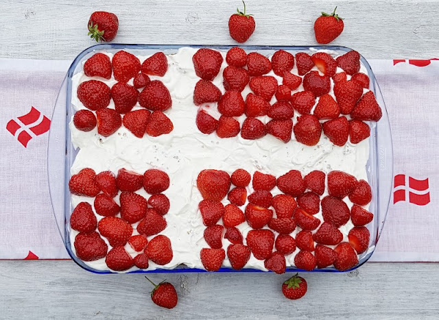 Rezept: Dänischer Erdbeer-Quark im Dannebrog-Design. Rot und weiß, das sind auch die Farben der Flagge von Dänemark!