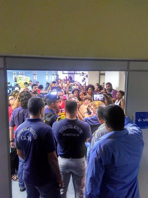 Professores da rede municipal continuam protestando em frente à Semed