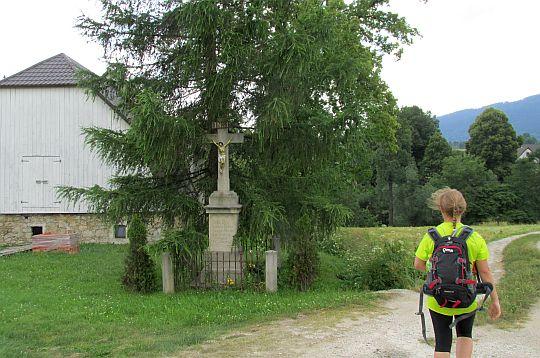 Krzyż przydrożny przy zejściu do szosy wsi Ponikwa.