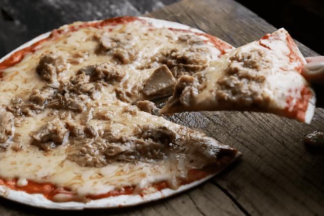 Kiire pitsa tortilla põhjal (valmib ilma ahjuta)
