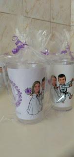 canecas com as caricaturas dos noivos