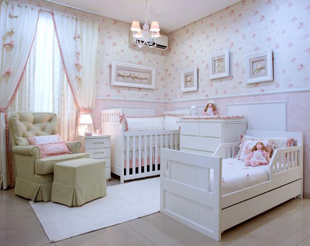Quarto de bebê provençal em tons de rosa. Destaque na coleção de molduras que realçaram o papel de parede floral.