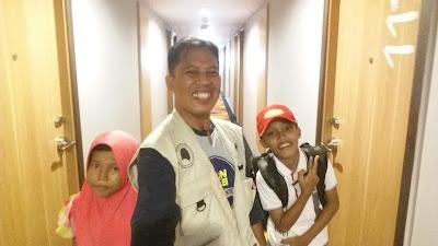 SEKELUARGA : Saya dengn anak anak, Tazkia (6) dan Abbie (11) tahun saat menuju kamar di lantai 11 IBIS Pontianak Jumat (24/5). Jam check ini di IBIS Pontianak adalah jam 14.00 WIB.  Foto Self