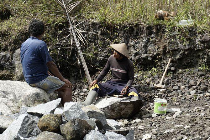 Warga yang mengumpulkan batu sungai