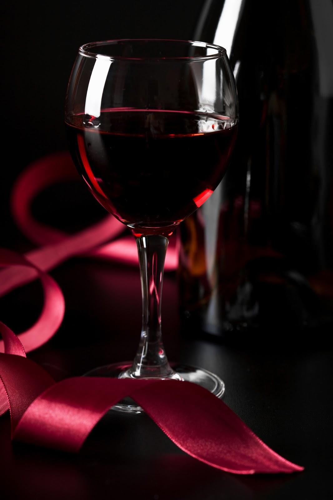 гифы с бокалами вина также