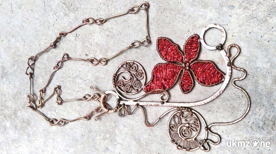 Contoh produk brand Uwerans - Kalung dari kawat tembaga dengan czech seed beads (manik pasir) merah Sekar Makirtya - UKM ZONE