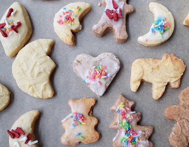 Plätzchen backen mit Kindern: Schön, aber anstrengend (+ 5 Tipps, wie es entspannter klappt). Bald ist Weihnachten und ich habe mal wieder festgestellt: Beim  Plätzchenbacken weichen das in der Werbung vermittelte Bild und die Realität im Leben mit Kindern stark voneinander ab. Warum das so ist, inwiefern Backen mit Kind Mama-Multitasking bedeutet und was hilft, damit die vorweihnachtlichen Backaktionen mit weniger Stress und mehr Entspannung ablaufen, verrate ich Euch auf Küstenkidsunterwegs!