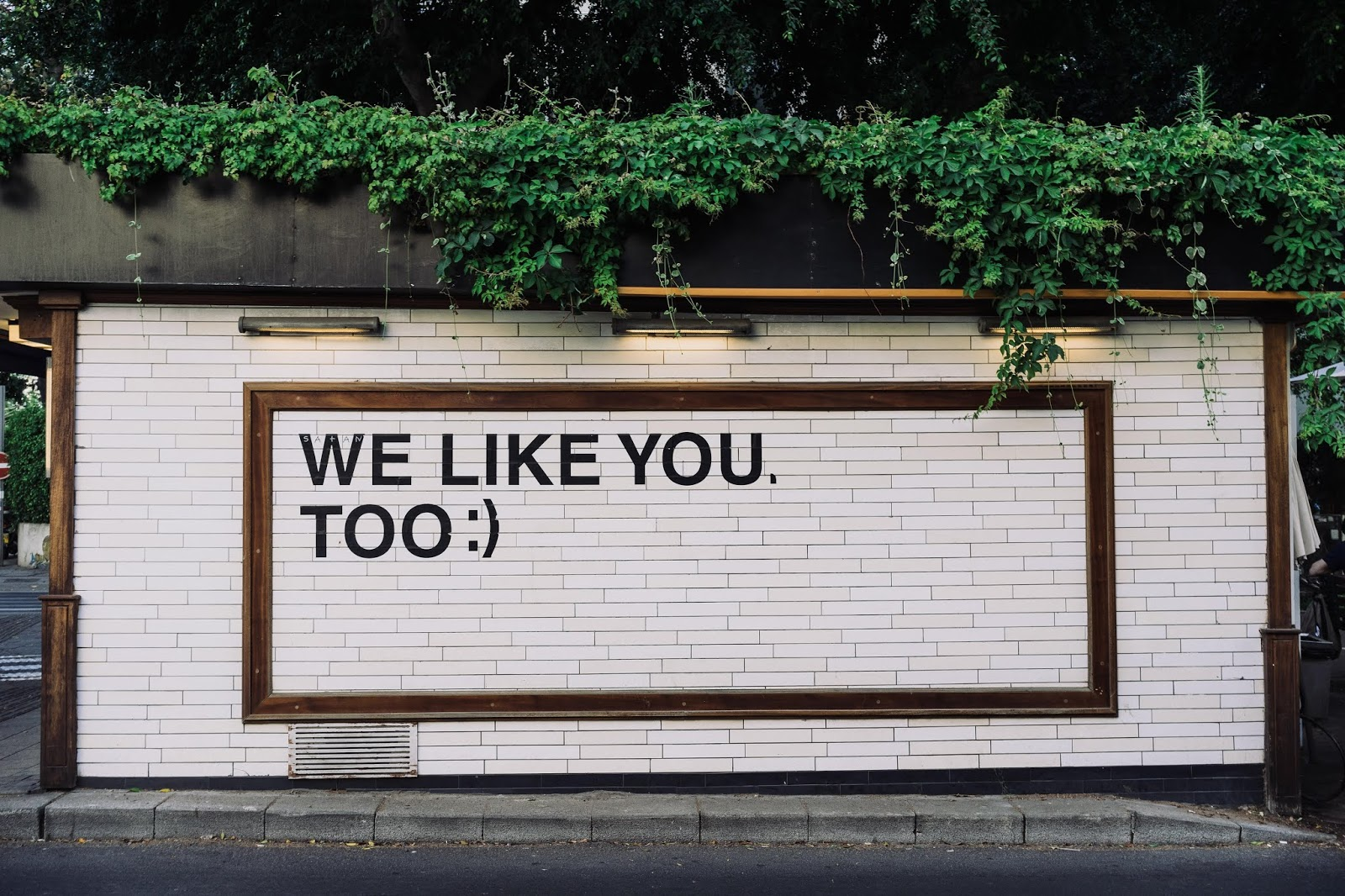citazione su murale we like you too