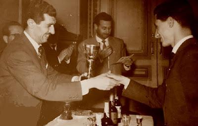 Ignacio Guadalajara Urroz, recogiendo el trofeo de la Federación Montañesa