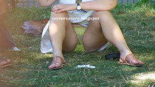 mujeres piernas abiertas enseñando calzón