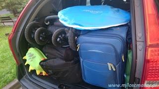 bagażnik samochodowy z walizkami