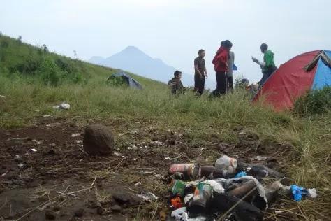 Sampah Pendaki di Gunung - sumber afif1.wordpress.com