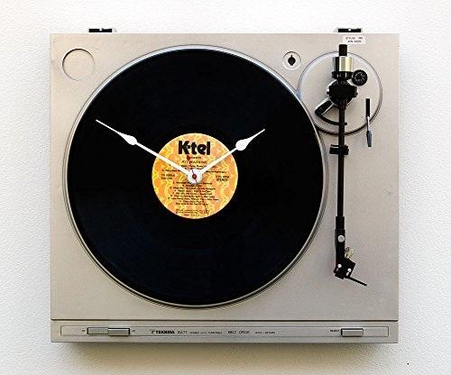"""Jam dinding yang dibuat dari daur ulang Teknika turntable dan K-TEL Records """"Hit Machine"""" LP."""