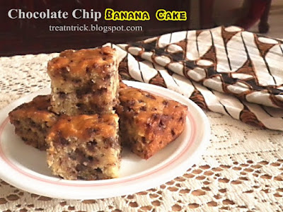 Chocolate Chip Banana Cake Recipe @ treatntrick.blogspot.com