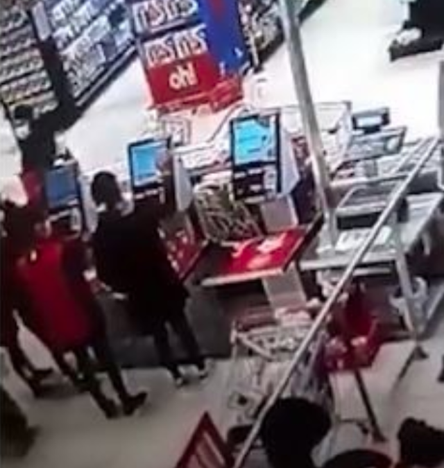 """Video"" Fantasma aterra a empleados de supermercado"