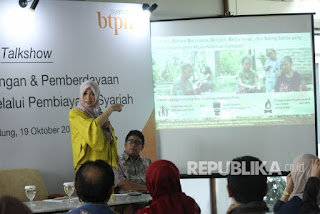 Pembicara Dirut BTPN Syariah Ratih Rachmawaty menyampaikan materi pada diskusi bertajuk Inklusi Keuangan dan Pemberdayaan Perempuan Melalui Pembiayaan, di Kantor BTPN Sinaya Cabang Dago, Kota Bandung, Kamis (19/10).
