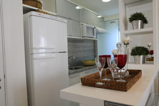 cozinha-pequena-branca-e-pia-granito-cinza