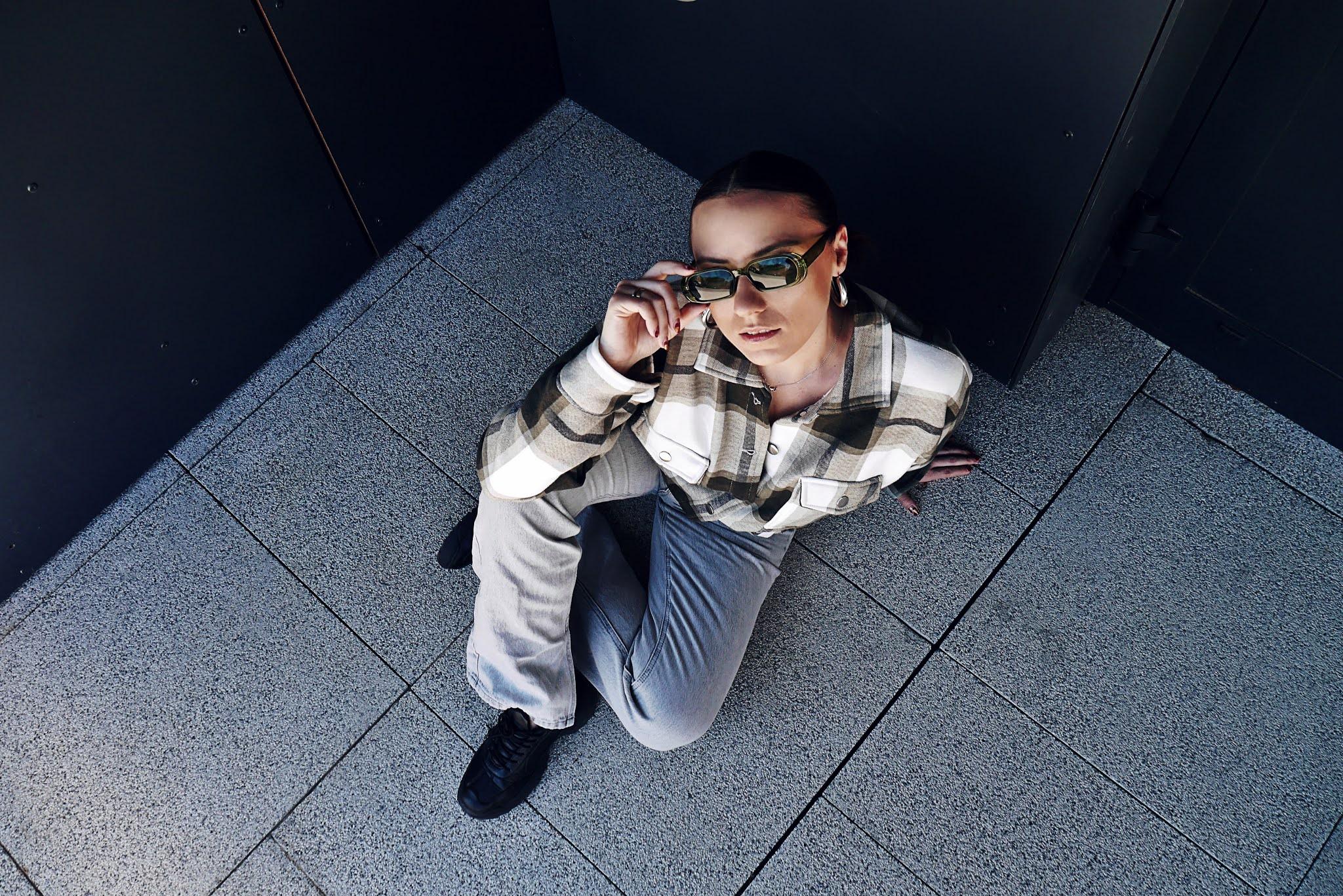 blog modowy blogerka modowa karyn puławy koszula w kratę femme luxe szare jeansowe spodnie szerokie stravidarius buty sneakersy czarne bonprix okulary zielone aliexpres stylizacja wiosenna look outfit denim 90s vibes mood