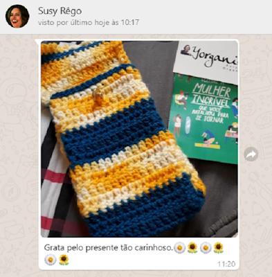 Foto do saquinho de lã feito no crochê e cartão postal, cumprimentando pelo aniversário