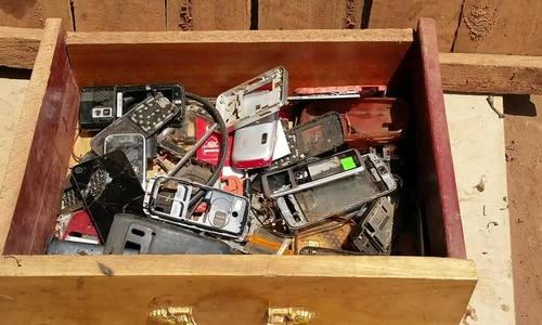 Trang sức được làm từ rác thải điện tử