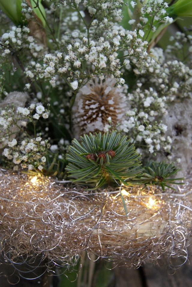 Detail Blumenstrauß mit Lichterkette, Schleierkraut, gewachsten Blüten