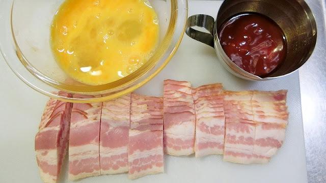 ベーコンは1.5㎝幅に切り、卵は溶き卵、調味料は混ぜ合わせて作っておく