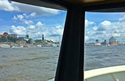 Hamburger Hafenblick, Blick von der Elbfähre auf die Skyline von Hamburg