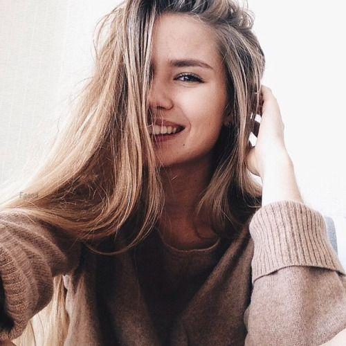 É sempre bom ter ideias para criar fotos tumblr para tirar sozinha, até porque as selfies ficam incríveis e você pode arrasar no Instagram. Essas poses são bem fáceis de fazer e pode ter certeza de que você vai arrasar. A iluminação é bem importante para que a foto saia incrível, então sempre procure uma janela e tira a selfie de frente para ela, para que a luz natural esteja na sua foto e ela saia com uma qualidade bem melhor. As fotos podem sair bem profissionais mesmo sendo em um simples celular. Pois tudo depende da iluminação e da pose que você faz. Por isso aqui temos 10 ideias para te inspirar a tirar as melhores selfies tumblr e arrasar no Instagram.