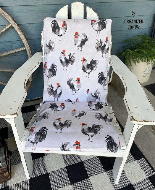 Foto de um tecido com estampa de galo em cadeiras de pátio.