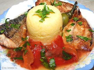 Saramura de peste reteta de casa la gratar grill tigaie cu macrou rosii si ardei copti usturoi sos tomat retete mancare saramuri friptura gratare mamaliga legume,