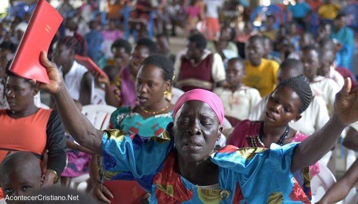Cristianos de Uganda reciben Biblias
