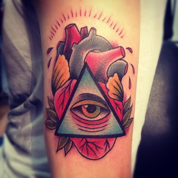 Tatuaje de Pirámide con un Corazón