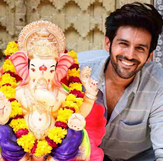 Kartik Aaryan With the idol of Lord Ganesha